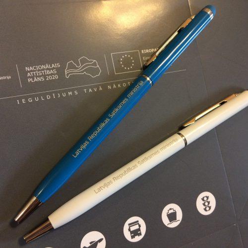 zila un balta pildspalvas